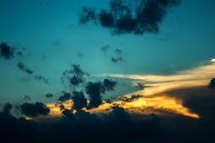 Donkere stormachtige hemel vóór de zonsondergang Royalty-vrije Stock Fotografie