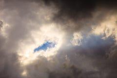 Donkere stormachtige wolken die de hemel behandelen als aardachtergrond Stock Afbeeldingen
