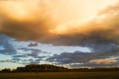 Donkere stormachtige wolken over gebied Royalty-vrije Stock Foto's