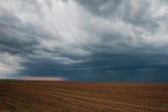 Donkere stormachtige wolken over ploeg Royalty-vrije Stock Foto's