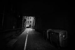 Donkere straat in moderne stad Royalty-vrije Stock Foto