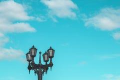 donkere straatlantaarn en duidelijke hemel stock foto