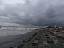 Donkere tijdwolken in strand stock foto