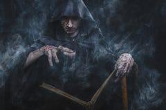 Donkere tovenaar die een werktijd gieten stock foto