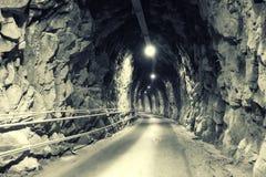 Donkere tunnel in de bergen Royalty-vrije Stock Foto