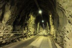Donkere tunnel in de bergen Royalty-vrije Stock Fotografie