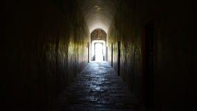 Donkere tunnel die tot het licht leiden Royalty-vrije Stock Afbeeldingen