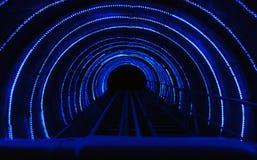Donkere tunnel met blauwe lichte lijnen Stock Foto