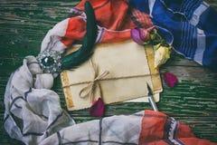 Donkere uitstekende achtergrond met antieke broche, reeks van groetauto Stock Foto's