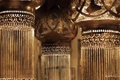 Donkere uitstekende oosterse hangende lampen in een gouden gloed royalty-vrije stock foto's