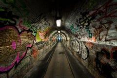 Donkere undergorundpassage met licht Royalty-vrije Stock Foto's