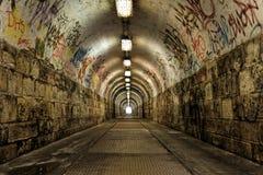 Donkere undergorundpassage met licht Stock Foto