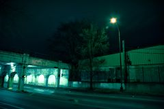 Donkere van de de stadssteeg van Chicago industriële de brugonderdoorgang bij nacht Royalty-vrije Stock Afbeelding