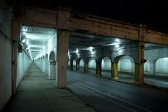 Donkere van de de stadssteeg van Chicago industriële de brugonderdoorgang bij nacht Stock Foto's