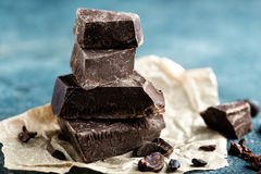 Donkere verpletterde chocolade Stock Afbeeldingen