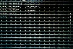 Donkere versleten roestige de textuurachtergrond van het metaalnet Stock Fotografie