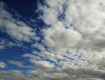 Donkere vlotte wolkentextuur op de blauwe achtergrond van de daghemel Stock Foto
