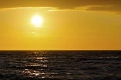 Donkere wateren van de Oostzee tijdens zonsondergang Stock Foto's