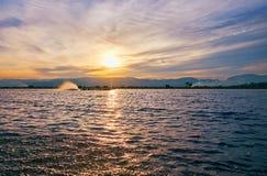 Donkere wateren van Inle-Meer op zonsondergang, Myanmar Royalty-vrije Stock Foto's