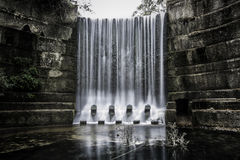 Donkere waterval Stock Foto's