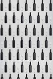 Donkere wijnflessen en glazen Creatieve donkere en geweven abstracte achtergrond Royalty-vrije Stock Foto