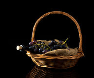 Donkere wijnglas en druiven in mand stock foto's