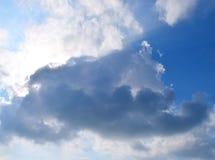 Donkere Wolk in Blauwe die Hemel met Zon achter de Wolken wordt verborgen - Abstracte Natuurlijke Achtergrond stock afbeelding