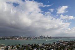 Donkere wolk over de horizon van Auckland Stock Afbeeldingen