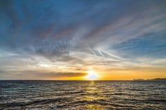 Donkere wolken bij zonsondergang over Alghero royalty-vrije stock foto's