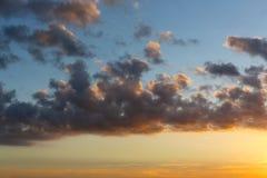 Donkere wolken bij zonsondergang, verscheidenheid van kleuren Stock Afbeelding