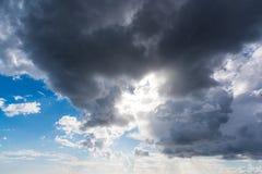 Donkere wolken in de blauwe hemel royalty-vrije stock fotografie