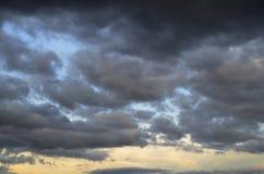 Donkere wolken in de blauwe hemel Stock Afbeeldingen