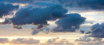Donkere wolken in de hemel Stock Afbeeldingen