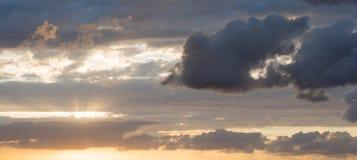 Donkere wolken in de hemel Royalty-vrije Stock Afbeeldingen