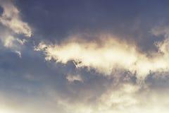 Donkere wolken in de hemel, slecht weer, mooie wolkenachtergrond Witte luchtige wolken op de achtergrond van donkerblauwe wolken Stock Afbeelding
