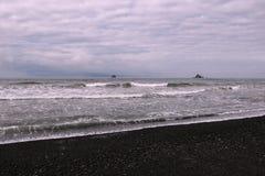Donkere wolken in de de zomerhemel tijdens een onweer in de Vreedzame kust stock afbeelding