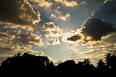 Donkere wolken die de zon behandelen Stock Foto