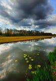 Donkere wolken die in het kanaal worden weerspiegeld Royalty-vrije Stock Foto's