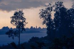 Donkere wolken die op Pasha rivier drijven Royalty-vrije Stock Afbeeldingen