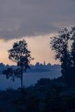 Donkere wolken die op Pasha rivier drijven Stock Foto