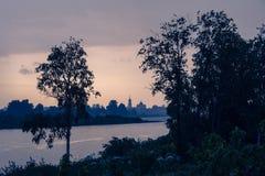 Donkere wolken die op Pasha rivier drijven Stock Fotografie