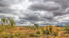 Donkere wolken die over de gebieden hangen Royalty-vrije Stock Foto's