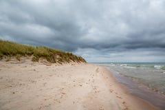 Donkere wolken en stormachtig weer over mooi eilandstrand stock fotografie