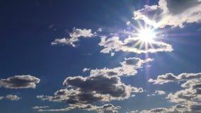 Donkere wolken en zon stock footage