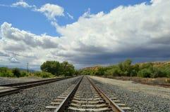 Donkere wolken en zon het shinning op landschap Stock Foto