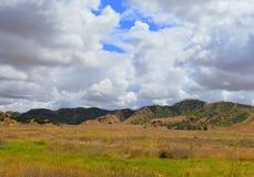 Donkere wolken en zon het shinning op landschap Stock Afbeelding
