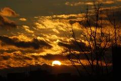 Donkere wolken gele het plaatsen zon Stock Fotografie