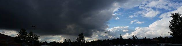 Donkere Wolken Lichte Hemel Stock Foto's