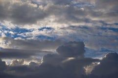 Donkere wolken met blauwe hemel bij achtergrond royalty-vrije stock afbeeldingen