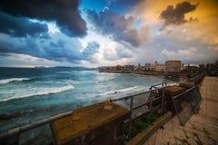 Donkere wolken over Alghero bij zonsondergang stock foto's